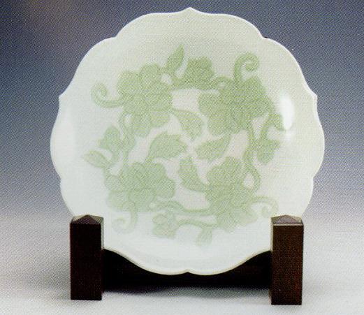 井上萬二「白磁緑融牡丹彫文皿」