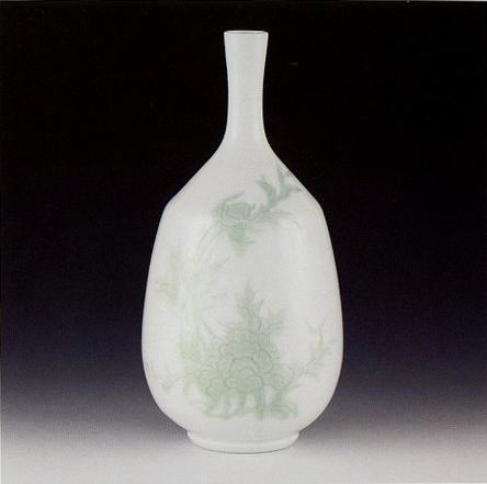 井上萬二「白磁緑釉彫文花瓶」
