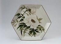 雪白釉釉加彩牡丹図六角皿