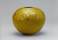 黄地金襴草文壷